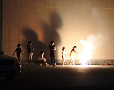 Des enfants avec des feux d'artifice
