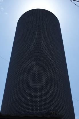 La tour recouverte de cartes postales de cascades à l'intérieur