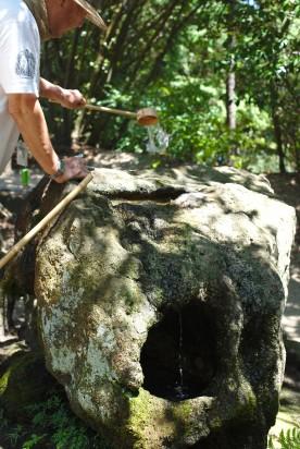 La fontaine de purification à côté du sanctuaire