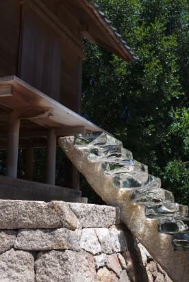 Les escaliers du sanctuaire continuent sous terre pour se terminer dans de l'eau